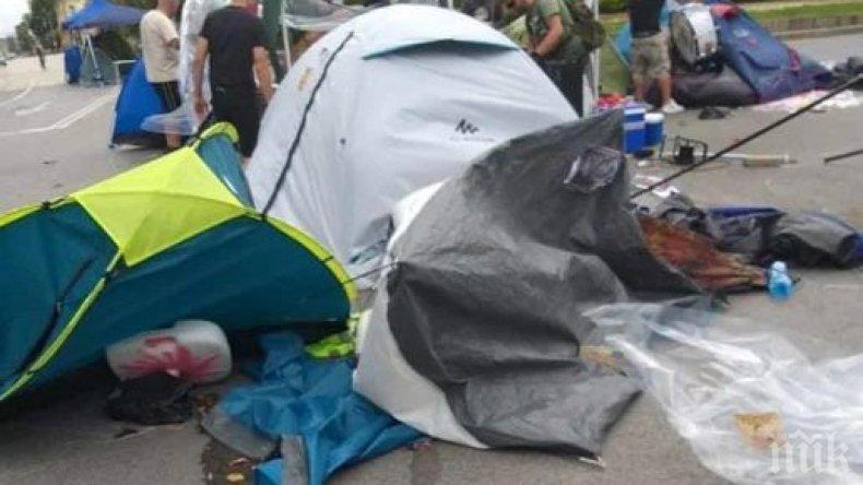 """Бурята издуха палатките на метежниците, окупирали незаконно """"Орлов мост""""  (СНИМКИ)"""