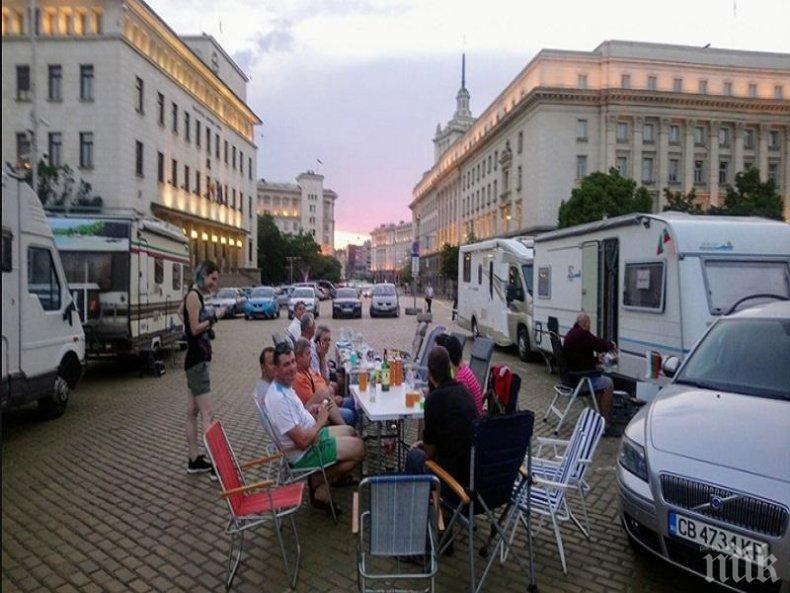 ХИТ В МРЕЖАТА! Виктор Димчев: Посетихте ли протестния летен карнавал По пътя? Блокадите са няколко, всеки си държи неговата. Попържват се едни други...
