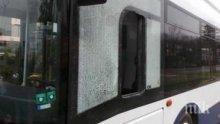 Изпотрошиха стъклата на два автобуса в Перник
