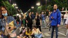 МВР пусна КАДРИ от снощния протест в столицата. Ето как центърът става сметище