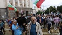 Комунягата Минеков, син на Татов съратник, разнася празни ковчези за живи хора. Ти си нечовек, бе, дупката на човечеството...