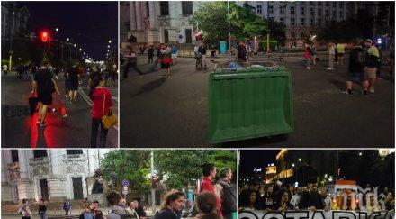 НОВА БЛОКАДА! Метежниците окупираха Софийския университет и Орлов мост с... пейки и кофи за боклук (СНИМКИ)