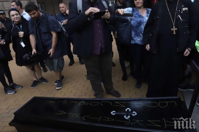 СКАНДАЛ: Призиви за смърт на уличната акция на Божков и Радев - заплашват Борисов и донесоха ковчег с името му!
