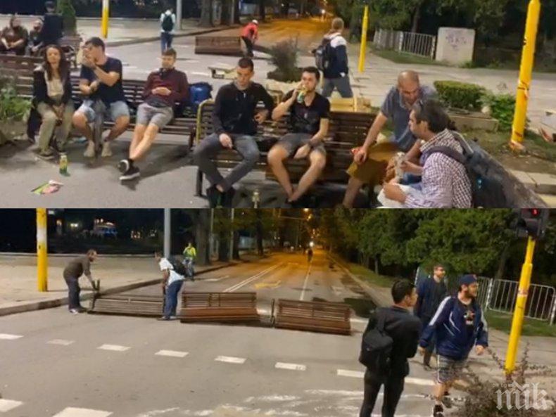 Тотален хаос в София! Ето как метежниците блокираха движението на автобусите с потрошени пейки и кашпи - хората чакат на неработещи спирки и псуват, центърът потъна в отпадъци (ВИДЕО/СНИМКИ)