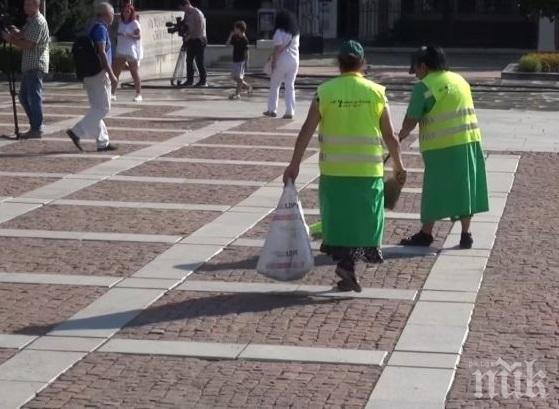 ХИТРОСТ: Метачка извършва незаконна търговия, докато чисти улиците в Пловдив - ето какво и как го продава