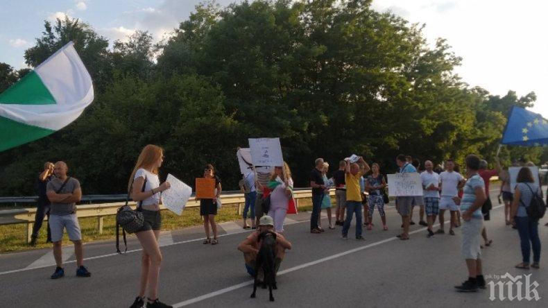 НОВ СКАНДАЛ: Метежници блокираха главния път София - Варна