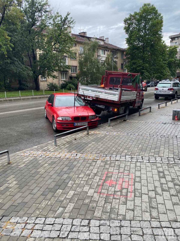 ПЪРВО В ПИК! Зрелищна катастрофа до мол Сердика втрещи минувачите (СНИМКА/ВИДЕО)