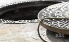ПЪЛЕН АБСУРД: Доброволец охранява отворена шахта, за да спаси живота на хората