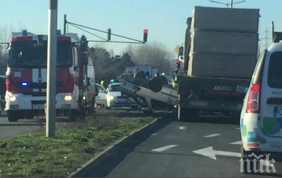 Зрелищна катастрофа в Бургас! Кола се вряза в камион