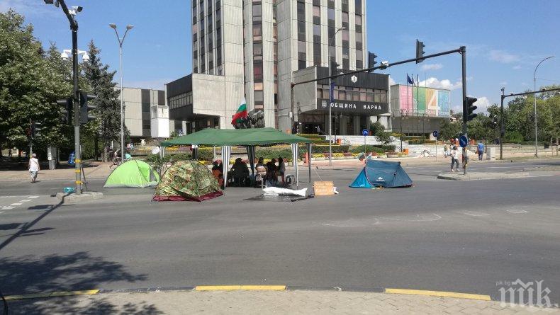БЕЗОБРАЗИЕ: Три палатки, една шатра и пет души блокират Варна (СНИМКИ)