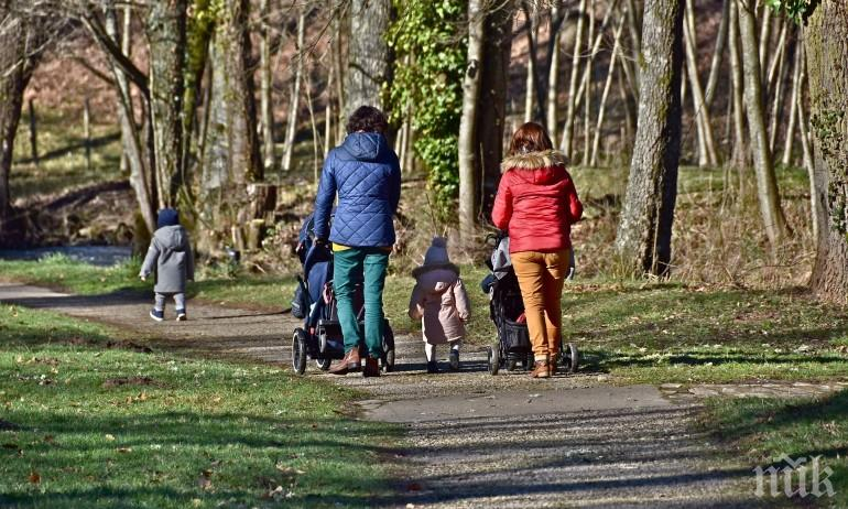 Евростат: Половината от младите българи живеят с родителите си