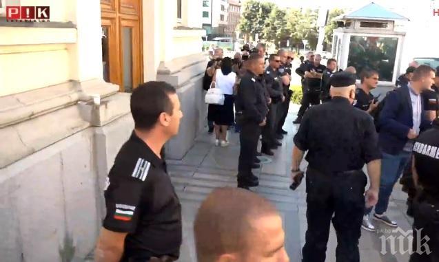 ИЗВЪНРЕДНО: Доброволци спасиха Ива Николова от фашистите на Румен Радев и Христо Иванов (ВИДЕО)