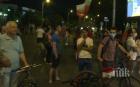 ПЪРВО В ПИК: Бабаитите пред Румънското посолство нападнаха журналист - блокираха и цял автобус с работници