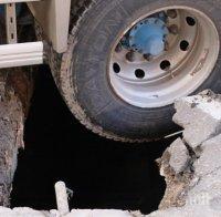 Кола пропадна в отворена шахта от нов водопровод в Хасково (СНИМКИ)