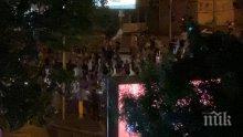 СКАНДАЛ В ПИК: Метежниците блокираха ново ключово кръстовище - няма и 100 лумпена построиха барикада на Румънското посолство, полицията им разчисти трафика час по-рано и съучаства в терора (СНИМКИ)