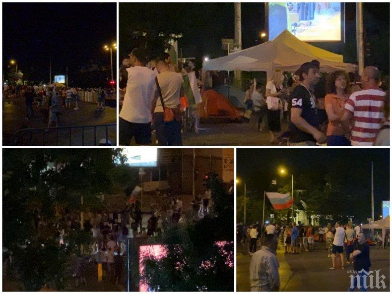 САМО В ПИК TV: Терор на Румънското посолство! Силоваци крещят на хората от блоковете: Свини герберски, сега ще се качим да ви потрошим! Десетки треперят, блокирани в градския транспорт (СКАНДАЛНО ВИДЕО)