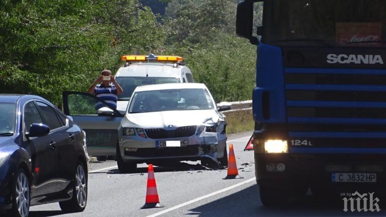 """ОТ ПОСЛЕДНИТЕ МИНУТИ: Катастрофа блокира пътя Бургас-Варна при къмпинг """"Чайка"""""""