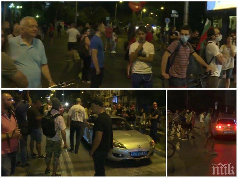 ИЗВЪНРЕДНО В ПИК! Падна блокадата на метежниците пред румънското посолство, остава обсадата на три възлови кръстовища