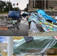 САМО В ПИК: Мизерията на метежниците е пълна - 5 човека спасяват изпотрошените от бурята незаконни биваци, съсипаха центъра на София (СНИМКИ)