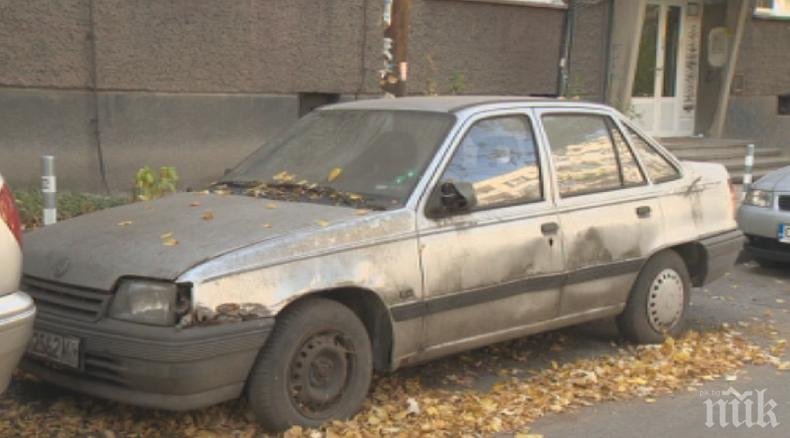 Чистят старите трошки от улиците в Перник