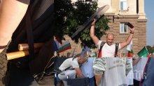 СКАНДАЛ В ПИК TV: Метежниците се барикадират с инвалидни колички - вижте как пръскат полицаите със спрейове и крещят: Давайте бомбите! Готвят щурм и изкараха жените от редиците си (ВИДЕО/ОБНОВЕНА)