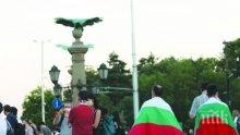 Грозно - святото българско знаме виси като дрипа върху гърбовете на протестиращите!