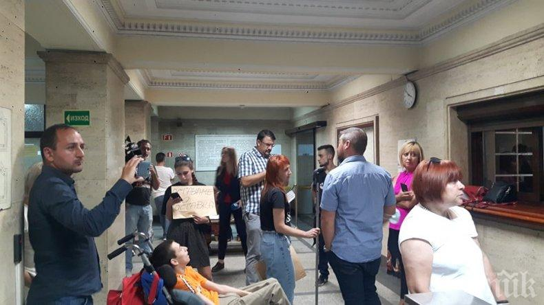 ИЗВЪНРЕДНО В ПИК TV: Антон Кутев пуснал терористката Манолова и майките да нахлуят в сградата на парламента с болно дете - те отказват да си тръгнат (ВИДЕО/СНИМКИ/ОБНОВЕНА)