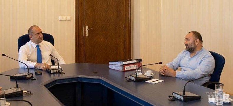 """Радев каза """"Мутри вън"""" и ги прие в кабинета си (СНИМКИ)"""