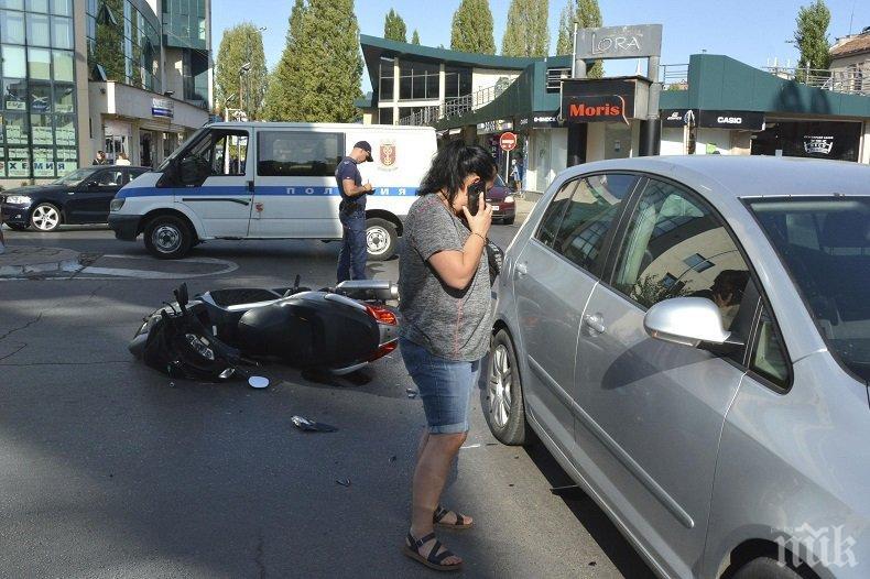 Шофьорка извърши нарушение и помете моторист в центъра на Хасково (СНИМКИ)