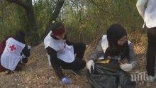Младежи от БЧК чистиха парк в Момчилград