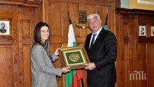 Кметът на Пловдив с подарък за Пиронкова – ето кой владетел ще й носи късмет в Париж (СНИМКИ)