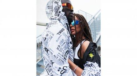 Николета Лозанова се гушка с гамбийски футболист