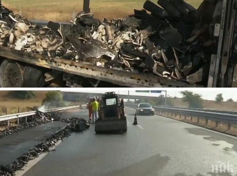 """ТИР се запали на автоматгистрала """"Тракия"""" и блокира движението"""