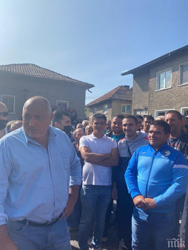 ПЪРВО В ПИК TV! Борисов посрещнат с овации от стотици във Велинградско: С теб сме Бойко! Премиерът: Ето го народът и няма нужда от говорители - казват си какво искат и ние го правим! Тук в едно село дойдоха повече от на жълтите павета (ВИДЕО/СНИМКИ)