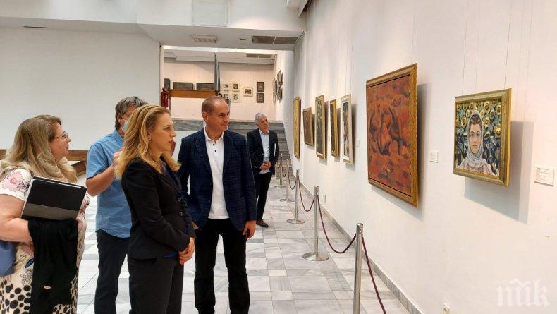 Министър Николова разгледа картините на Майстора в Художествената галерия в Кюстендил (СНИМКИ)