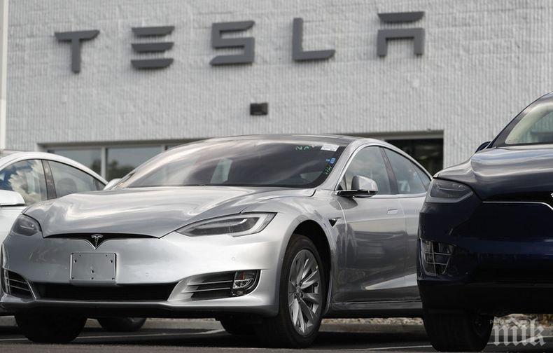 """Лепнаха глоба на канадец, спял в движеща се със 150 км/ч безпилотна """"Тесла"""""""