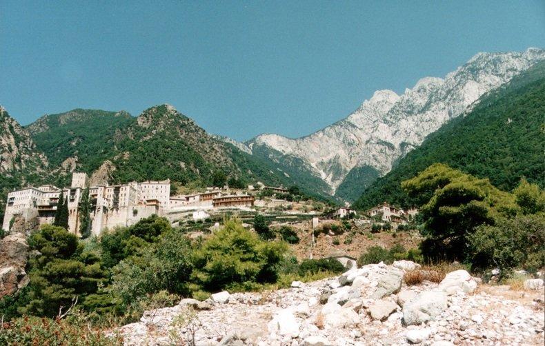 Манастир в Света гора е под карантина заради 8 заразени с COVID-19 – един от монасите е откаран за лечение
