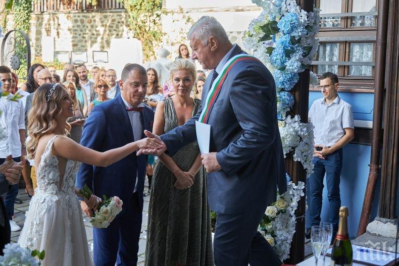 СВАТБА ПОД ТЕПЕТАТА: Кметът на Пловдив омъжи щерката на своя заместник (СНИМКИ)