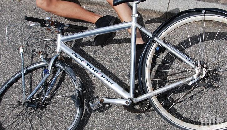 Кола натресе велосипедист край Разград и го потроши