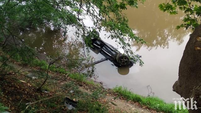 УЖАСЯВАЩ ИНЦИДЕНТ: Кола падна в река край Пловдив (ВИДЕО)