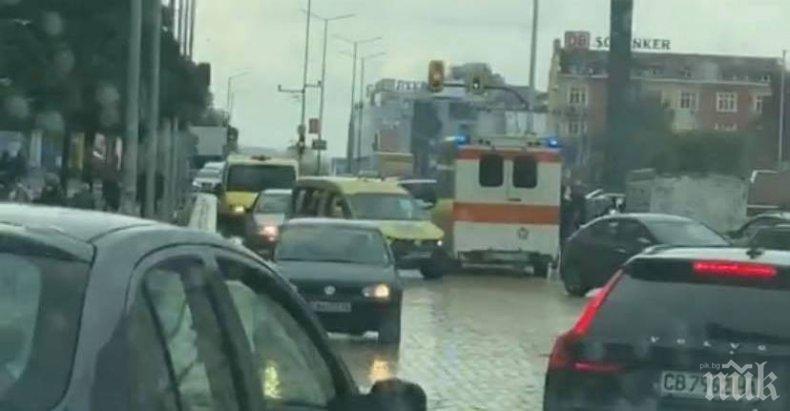 ПЪРВО В ПИК: Жестока катастрофа блокира София в дъжда - има пострадали и много полиция (ВИДЕО)