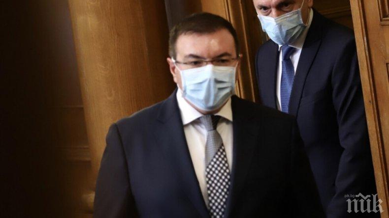 Здравният министър се скара на депутатите, че не носят маски в парламента