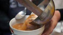 Във Велико Търново хранят един месец с топла супа бедни и инвалиди