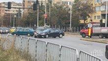 МЕЛЕ В СОФИЯ: Две коли се помляха и задръстиха ключово кръстовище (ВИДЕО/СНИМКИ)