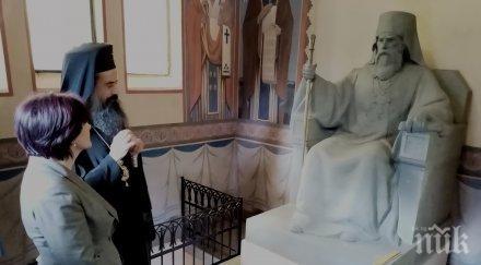 Цвета Караянчева посети гробницата–мавзолей на първия председател на Народното събрание (СНИМКИ)