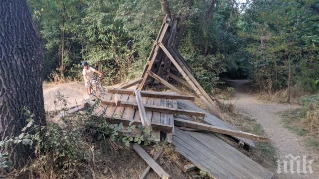 Ученици потрошиха велопарк, наказват ги с доброволен труд