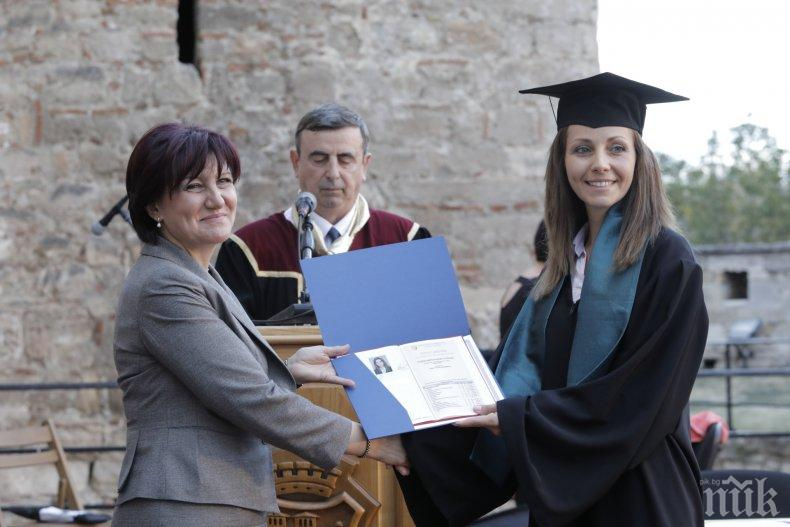 Караянчева връчи дипломите на първия випуск на филиала на Русенския университет във Видин (СНИМКИ)