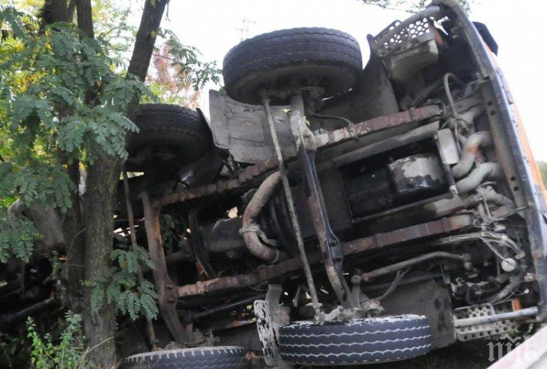 Камион аварира на мост над река във Великотърновско