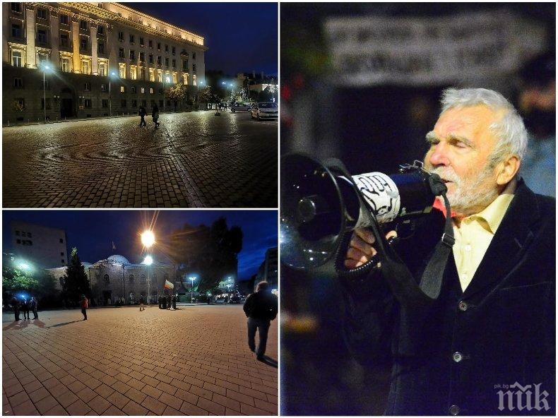 Площадът призрачно пуст. Йоло Денев остана сам (СНИМКИ)