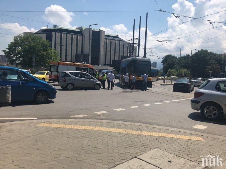 Линейка и кола се помляха до НДК, има пострадал
